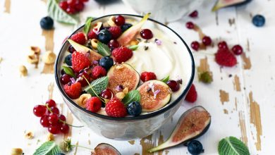 Photo de Bowls aux fruits rouges, figues, noisettes et menthe