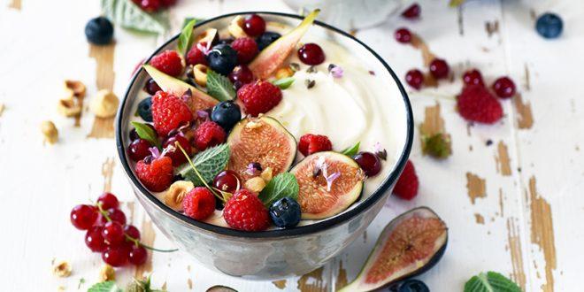 Bowls aux fruits rouges, figues, noisettes et menthe