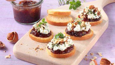 Photo de Mini toasts Tipiak au chutney de figues, chèvre frais et noisettes concassées