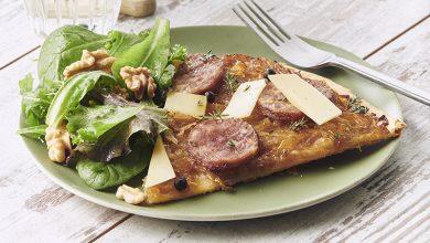 Photo de Tarte fine de Saucisse de Morteau, oignons confits, Comté et baies de genévrier