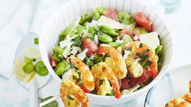 Photo de Brochettes de gambas marinées au yaourt, salade de fèves, oignon nouveau
