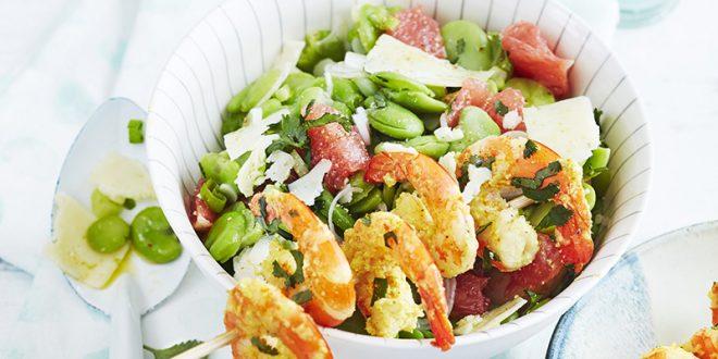 Brochettes de gambas marinées au yaourt, salade de fèves, oignon nouveau