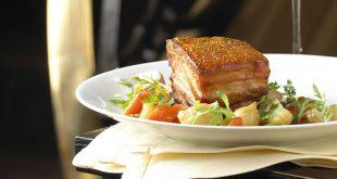 Poitrine de porc croustillante et légumes en cocotte