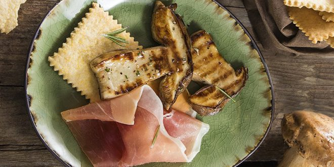 Crackers à la polenta, cèpes grillés et jambon de Parme