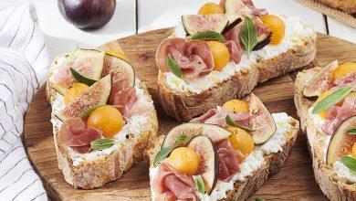 Photo de Bruschetta, brousse de brebis, figues, jambon cru, billes de melon et sauge