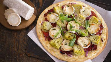 Photo de Pizza blanche aux artichauts marinés et bûchette de chèvre affinée
