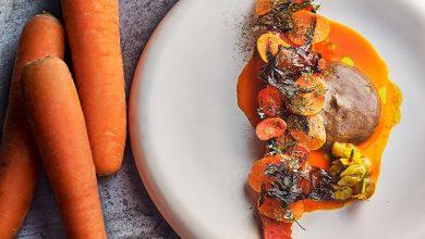 Photo de Carotte de la Baie du Mont-Saint-Michel glacée dans un jus de carottes fermenté, hollandaise ail noir et raisin blanc