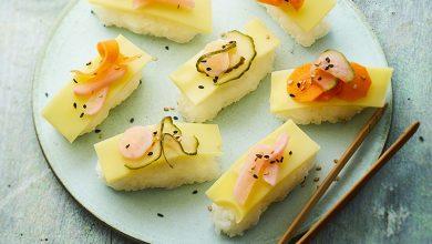 Photo de Sashimi de riz vinaigré au sésame, lamelles d'Emmentaler AOP Suisse et légumes frais en pickles