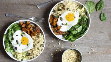 Photo de Buddha Bowl au blé, légumes et œufs au plat