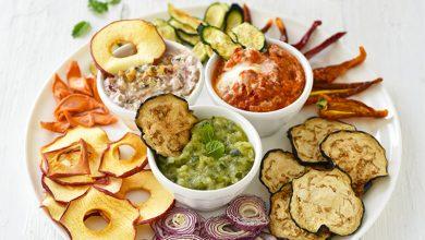Photo de Chips de fruits et légumes maison avec leurs sauces