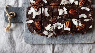 Photo de Barres de chocolat au riz soufflé, noix de pécan et coco