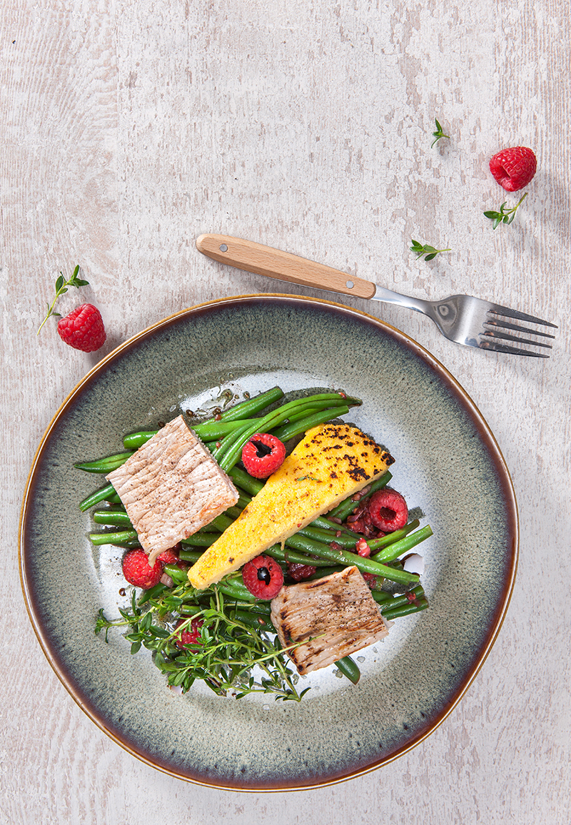 Escalope de veau, polenta snackée salade d'haricots verts framboise